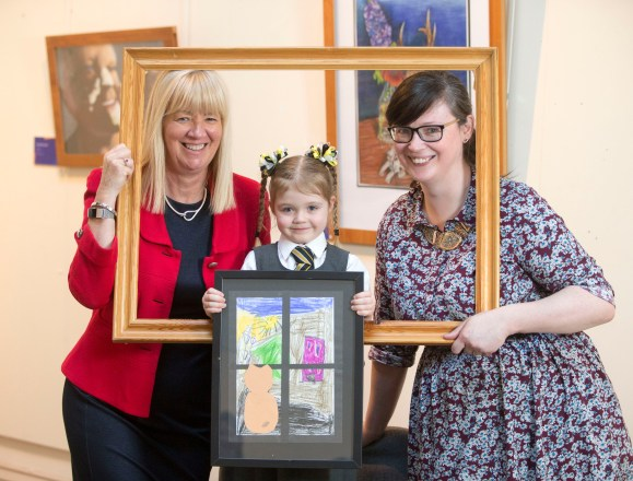 21/01/18… MUSEUM - PAISLEY. Exhibittion showcasing local youngsters art Joyce McKellar chief executive Renfrewshire leisure (red) Lisa Marie Hughes chair of Renfrewshire leisure (dark hair) with winner Niamh McKniff (5)