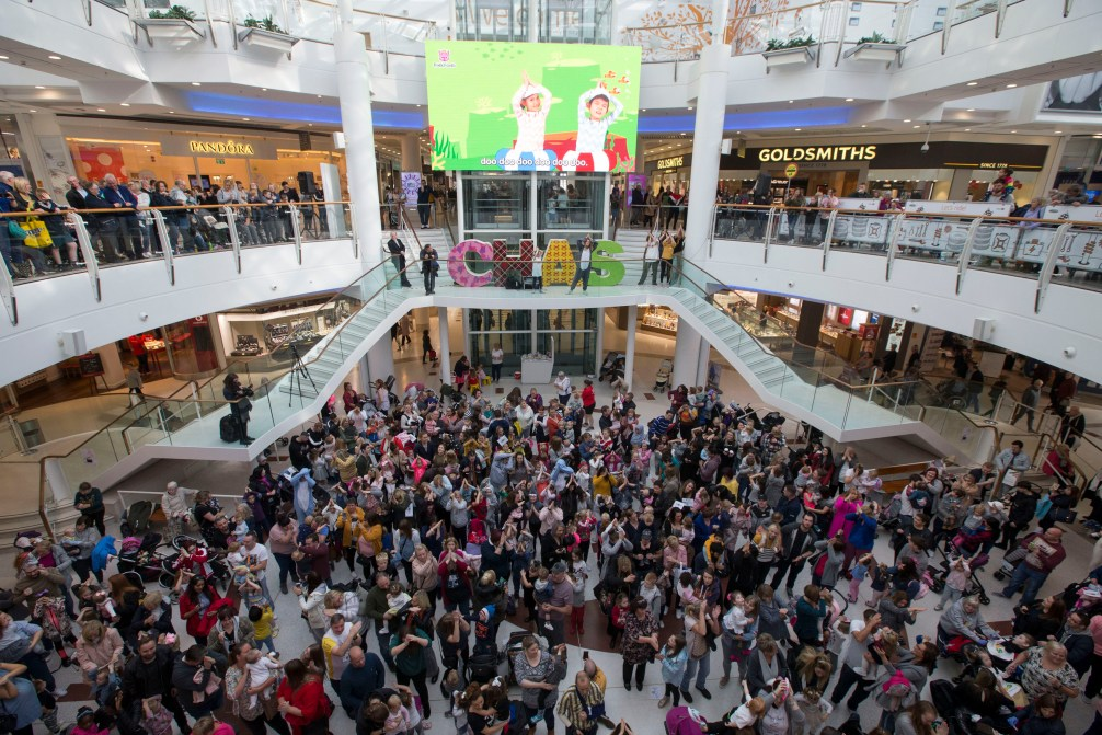 24/09/18…. INTU BREAHEAD - GLASGOW. A Mass baby shark dance was staged in one of scotland biggest shopping centres. Chas the childrens charity teamed up with Intu Braehead to hold the giant fundraising event after baby shark dance became a global phenomenon.