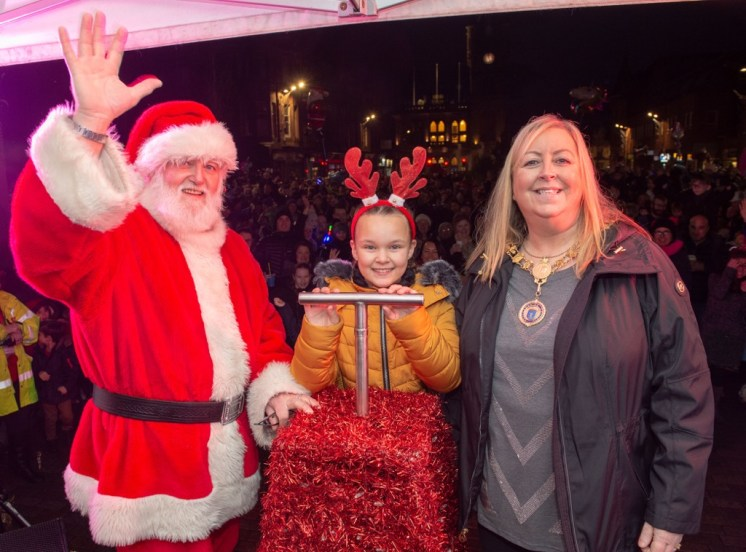 Competition winner Ava, 9, with Provost Lorraine Cameron and Santa, moments before the big switch on