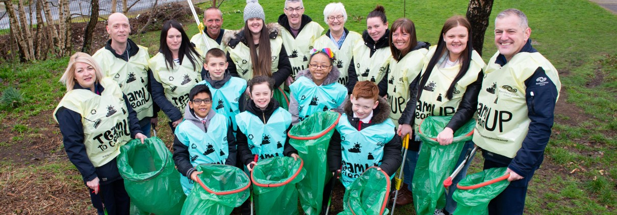 Cllr McEwan with Pals of the Privies, Glencoats Primary pupils and Renfrewshire Wardens (1)