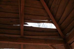Poškodená strecha altánku detail
