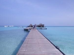 สะพานมุ่งไปยังท่าเรือของ Clubmed Kani