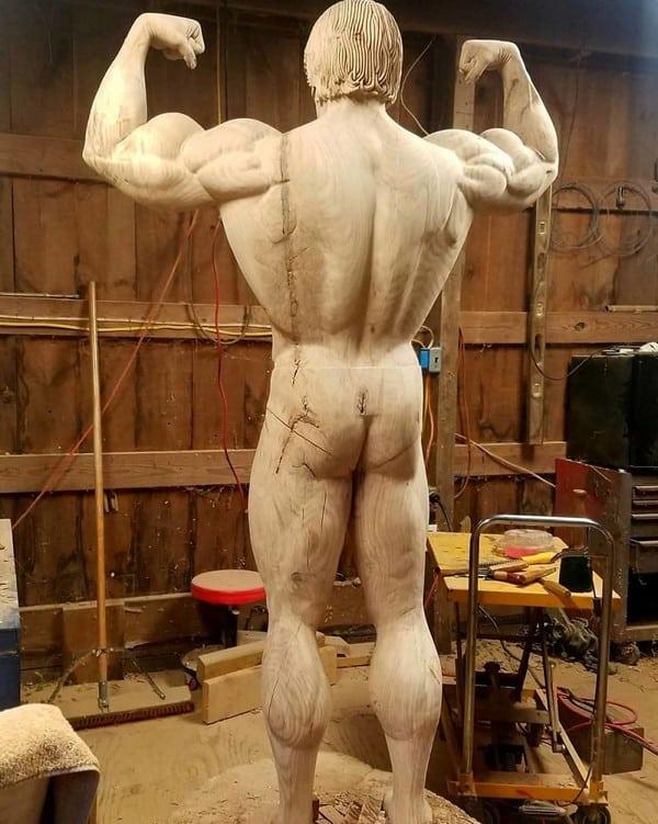 Plecy Arnolda Schwarzeneggera z drewna
