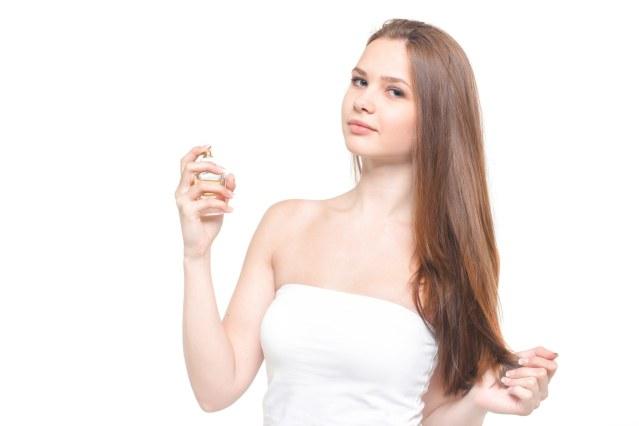 「化粧水を使用する女性(美容)化粧水を使用する女性(美容)」[モデル:モデルファクトリー]のフリー写真素材