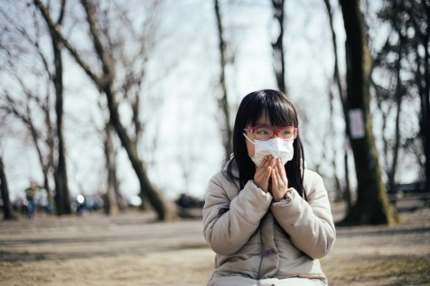 「花粉の飛散を気にする女の子」の写真[モデル:あんじゅ]