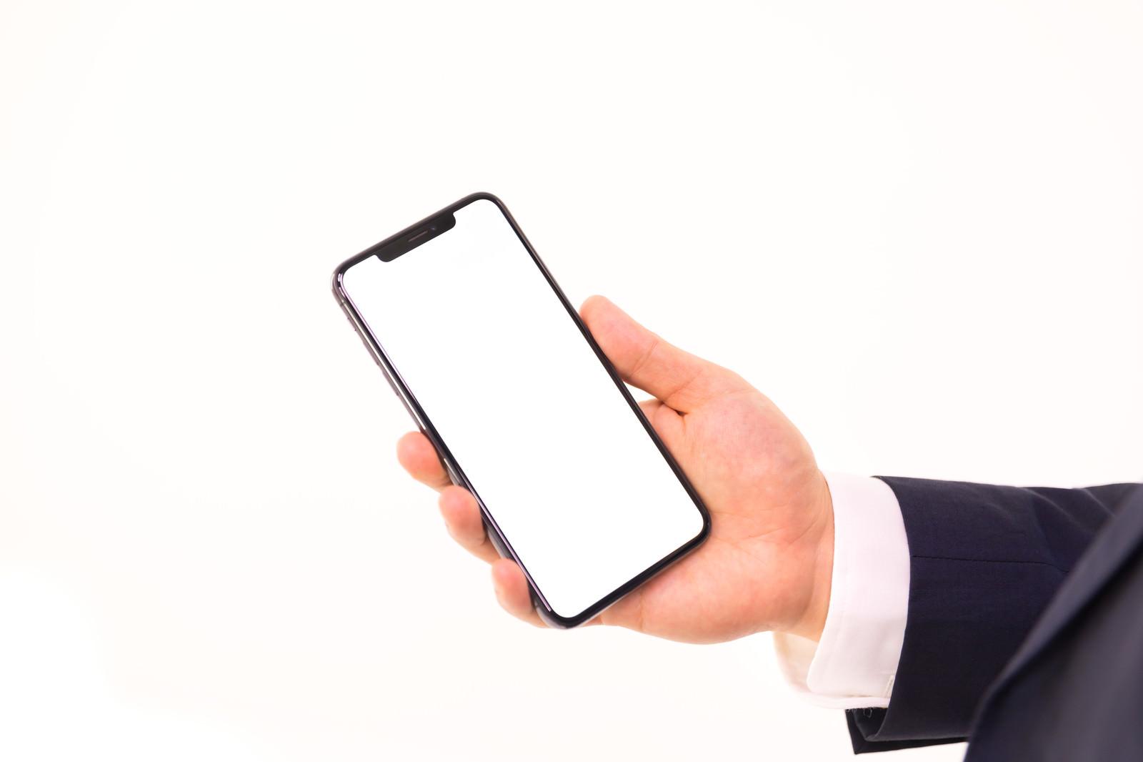 「iPhone XS Max を持つ手」の写真[モデル:Max_Ezaki]