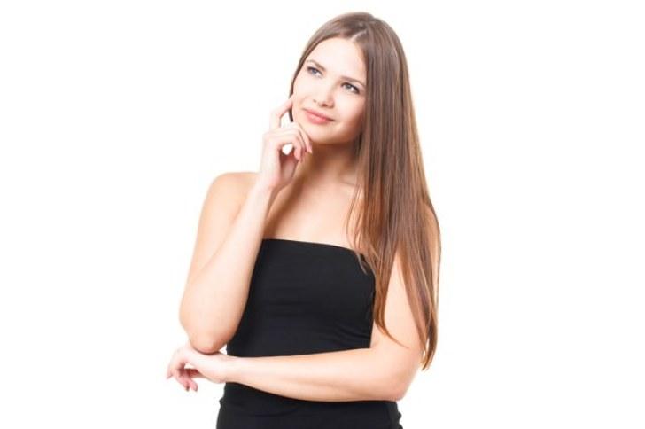 上を向いて考える若い外国人の女性