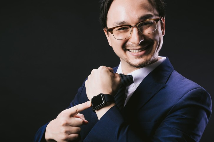 「昇進祝いで Apple Watch を手に入れたエリート」[モデル:Max_Ezaki]