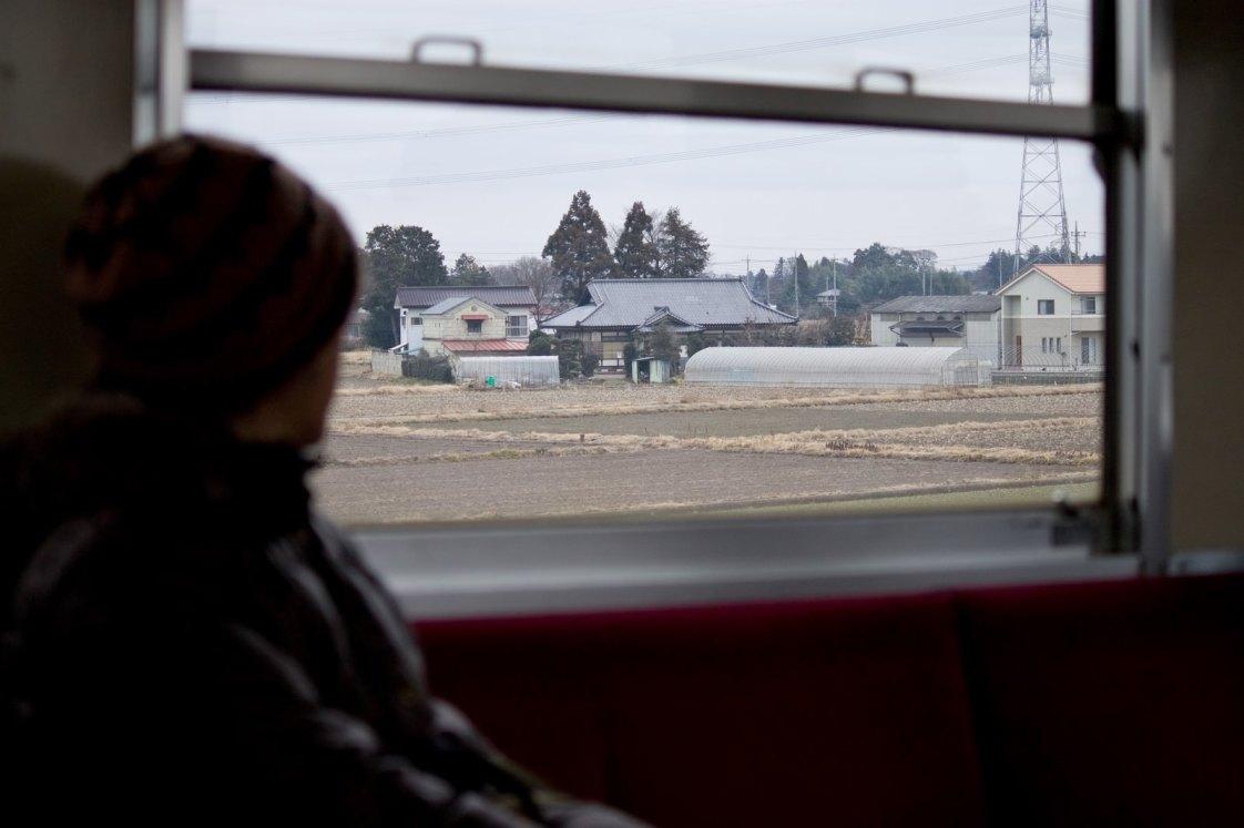 「電車で田舎に帰省する人」の写真
