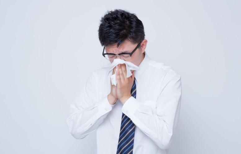 「花粉症で鼻をかむ男性花粉症で鼻をかむ男性」[モデル:OZPA]のフリー写真素材