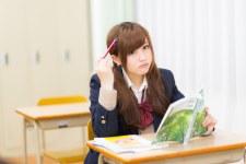 「居残りで勉強する女子高生居残りで勉強する女子高生」[モデル:河村友歌]のフリー写真素材を拡大