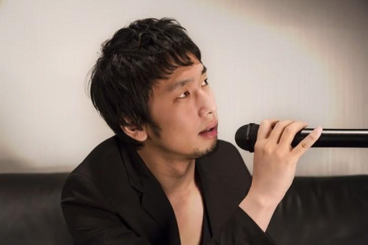 カラオケを歌うホスト風の男性