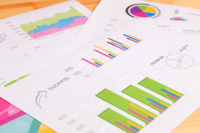 「デスクに置かれたマーケティング資料デスクに置かれたマーケティング資料」のフリー写真素材を拡大