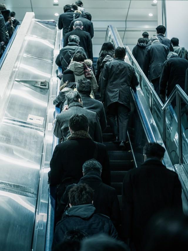 出勤で混みあうエスカレーター