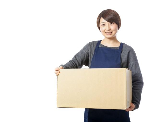 「受け取りのサインを要求する宅配員受け取りのサインを要求する宅配員」[モデル:八木彩香]のフリー写真素材を拡大