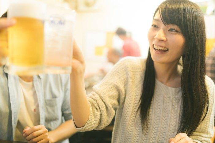「飲み会で乾杯!飲み会で乾杯!」[モデル:たけべともこ]のフリー写真素材を拡大