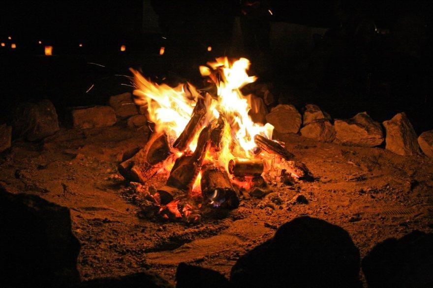 「焚き火を囲う」の写真