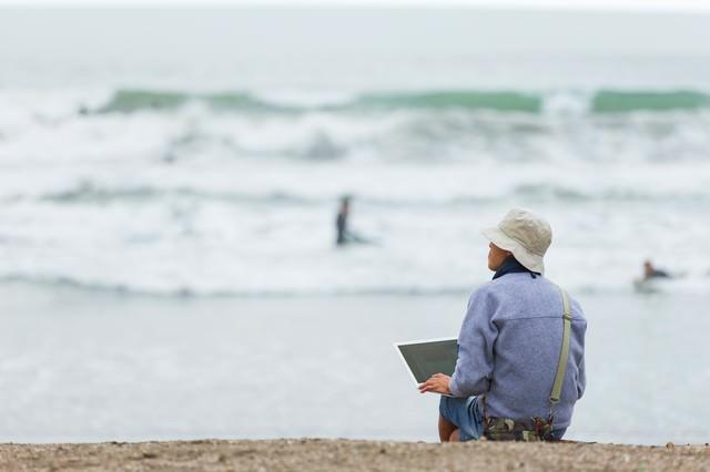 サーファーの同僚に海へ連れて行かれるも、まわりの雰囲気に溶け込めずコーディングをはじめてしまうデザイナー