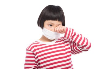 花粉症で目がかゆい小学生