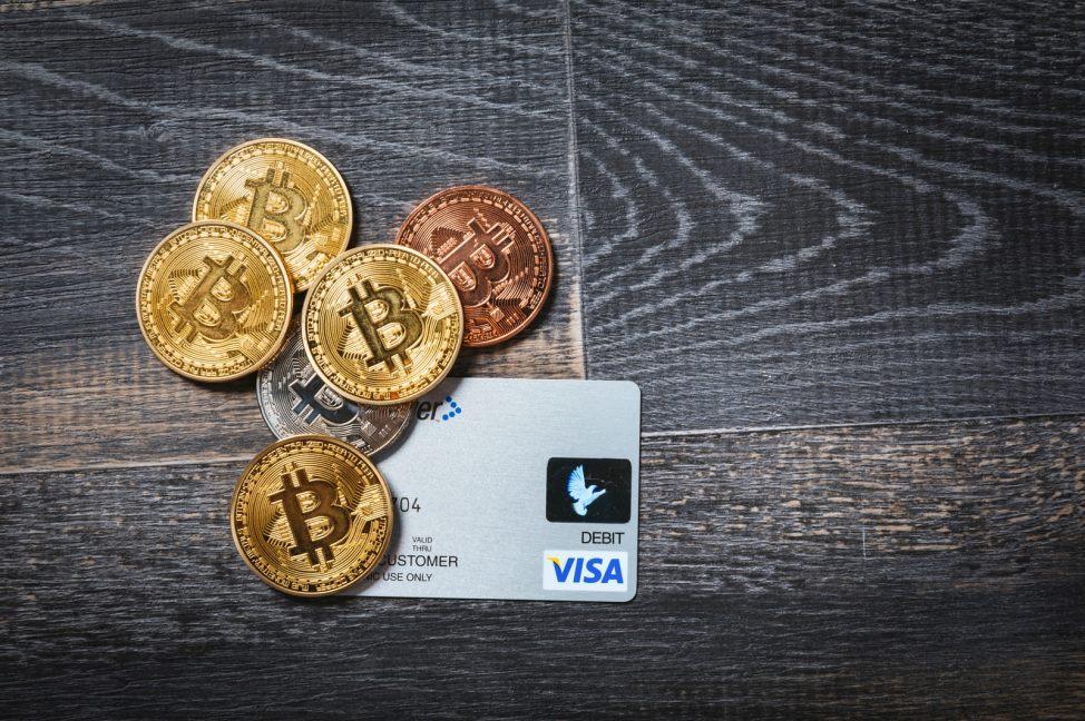 「デビットカードと仮想通貨デビットカードと仮想通貨」のフリー写真素材を拡大