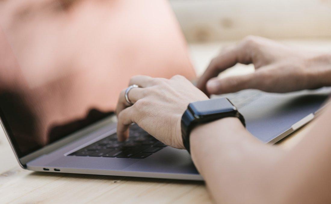 「タイピングがしやすくなった新しいノートパソコンタイピングがしやすくなった新しいノートパソコン」のフリー写真素材を拡大
