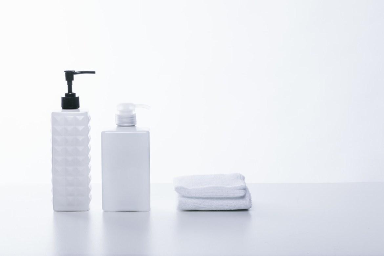 「シャンプー用の容器とタオル」の写真