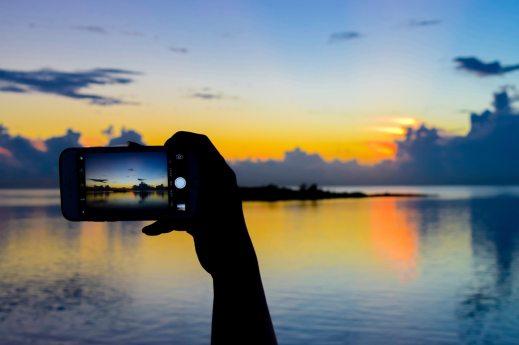 「美しい夕暮れ時をスマホで撮影」の写真