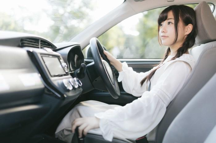 「前方に注意してシフトレバーをドライブに前方に注意してシフトレバーをドライブに」[モデル:河村友歌]のフリー写真素材を拡大