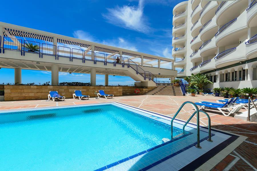 Piscina y playa del Hotel Playa Victoria en Cdiz