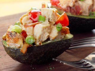 Easy paleo lunch – Stuffed Avocado with Bacon, Chicken & Tomato