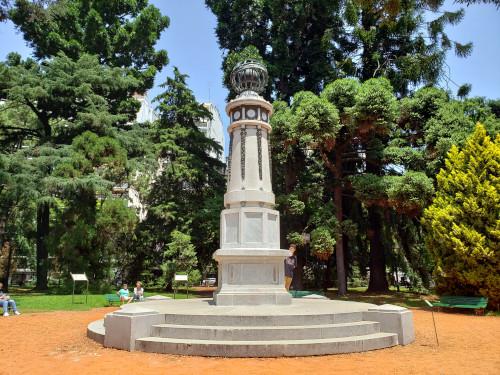 """columna meteorológica donada por la Comunidad Astro-Húngara en 1910 en el Jardín Botánico """"Carlos Thays"""""""