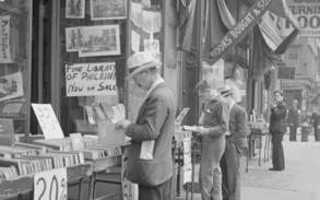 Un passante si interessa ai libri esposti alla libreria Vanni in una foto d'epoca