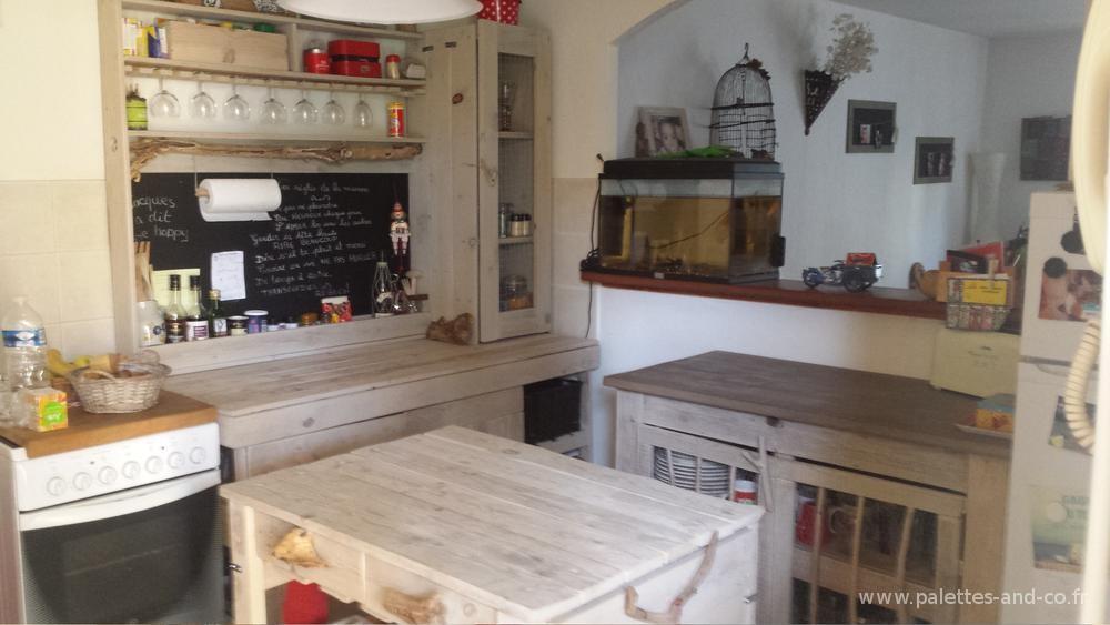 cuisine avec ilot central et table
