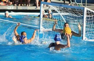 Elena Saab (6) blocks, so that Sydney Brouwer (17) can score. Photo: Jonas Sautter