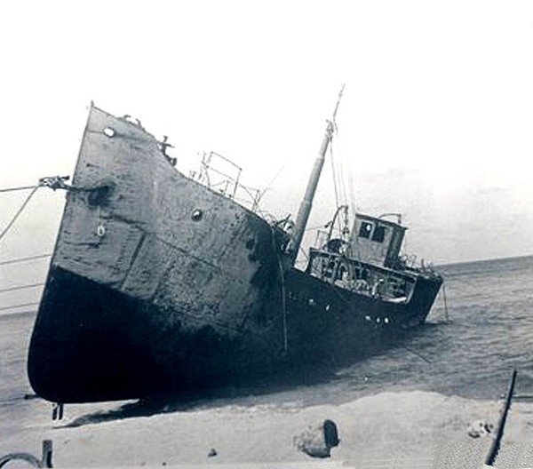 הספינה 'חנה סנש' מוטלת על חוף נהריה