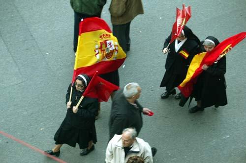 Monjas con banderas españolas