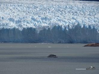 Im Größenverhältnis ist das Ausflugsboot so klein, der Gletscher so unglaublich groß!