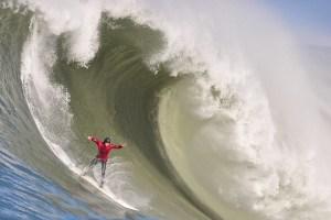 Un surfista cavalca the big one la grande onda.