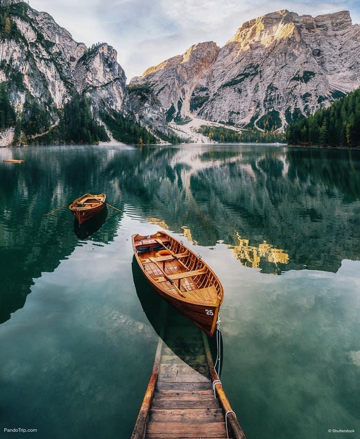 القوارب والانزلاق البناء في Lago di Braies أو Pragser Wildsee ، جنوب تيرول ، إيطاليا