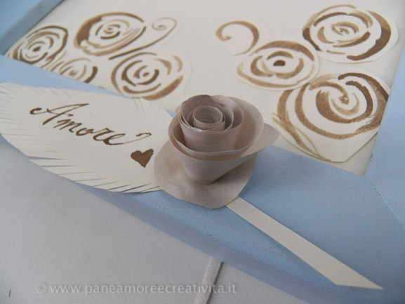 Tableau per matrimonio con rose di carta vintage e pizzi