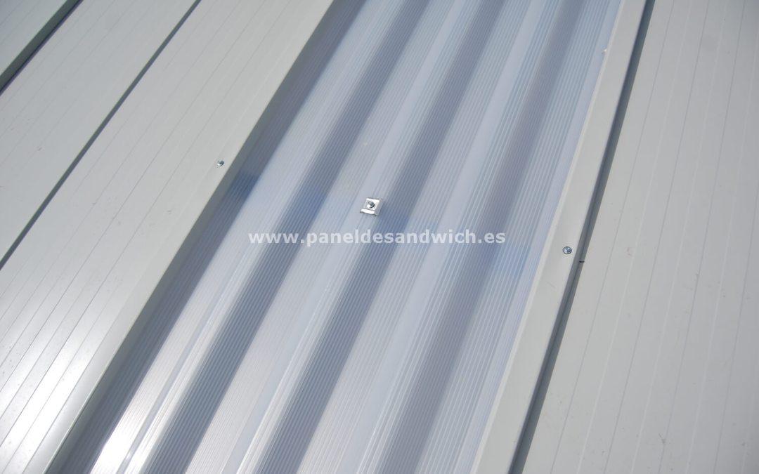 Los lucernarios con placas de policarbonato aseguran gran iluminación y resistencia