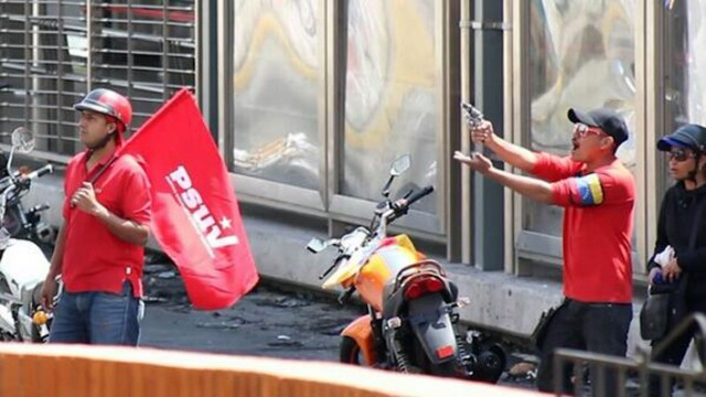 Colectivos disparando a residentes del Paseo La Feria, Mérida, febrero 2014