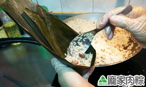 用湯匙裝入一匙糯米,輕壓讓底部扎實