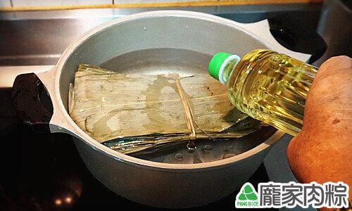 加一池油比較不會黏粽葉