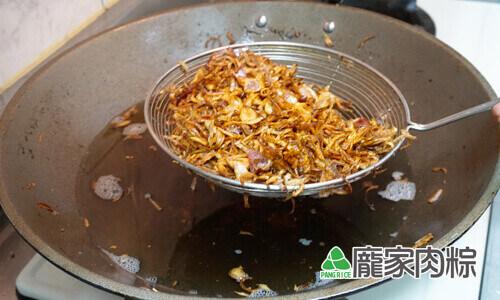 41-08龐家肉粽用紅蔥頭自製乾淨又衛生的油蔥酥