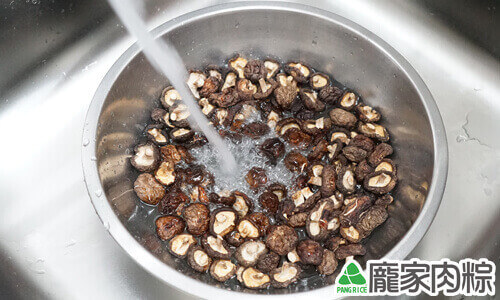 香菇清洗教學-打開清水沖洗