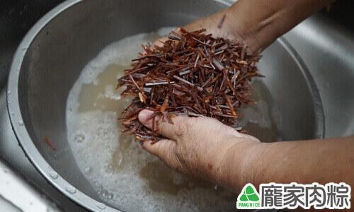 魷魚清洗教學-雙手搓揉