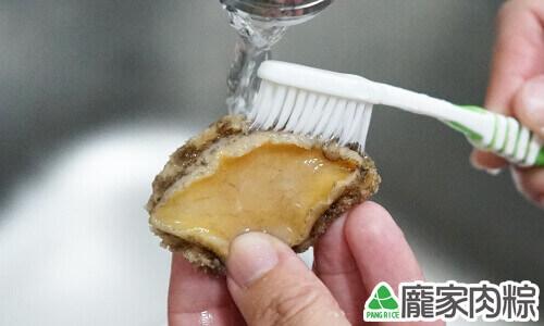 100-08打開清水並用牙刷刷洗鮑魚