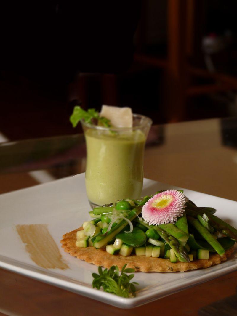 une tarte fine aux légumes de printemps et une verrine de rhubarbe 1