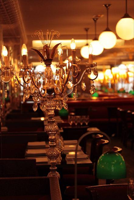 Carbonara de poireaux, un dîner chez Thoumieux, côté Brasserie 4 une salle aérée, conviviale, avec des sortes de ponctuations de mise en place